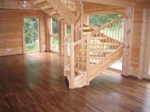 Holzhaus mit Fertigparkett Nussbaum