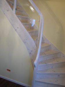 weiße Treppenhausgestaltung